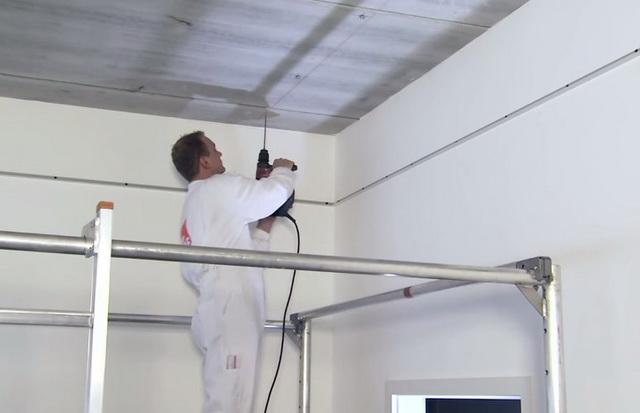 Через каждые 120 см от стены к стене будет устанавливаться Т-образный подвес. Между двумя профилями должны уместиться 2 плиты Армстронг размерами 60 на 60.