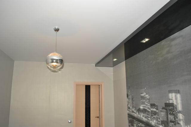 Черно-белый двухуровневый натяжной потолок