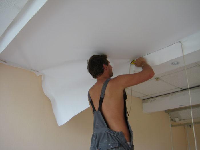 Демонтаж тканевого натяжного потолка