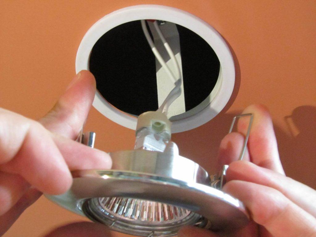 Демонтаж точечного светильника
