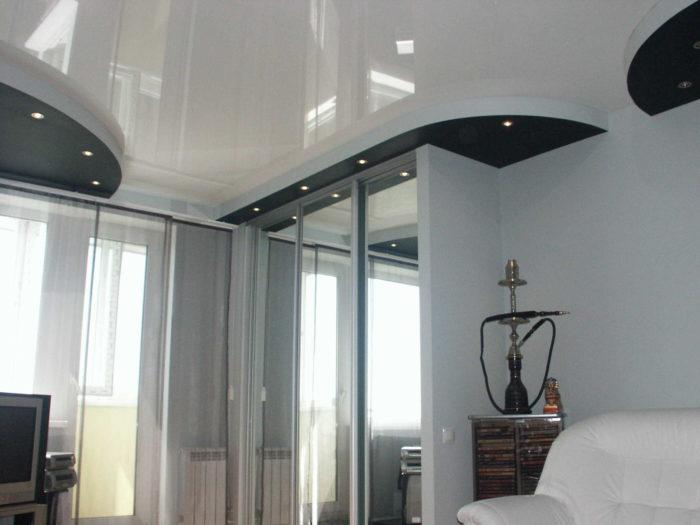 Дизайн помещения с белым глянцевым натяжным потолком