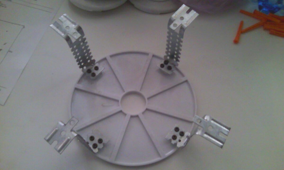 Для установки простых люстр весом до 10-12 кг используются специальные отлитые платформы