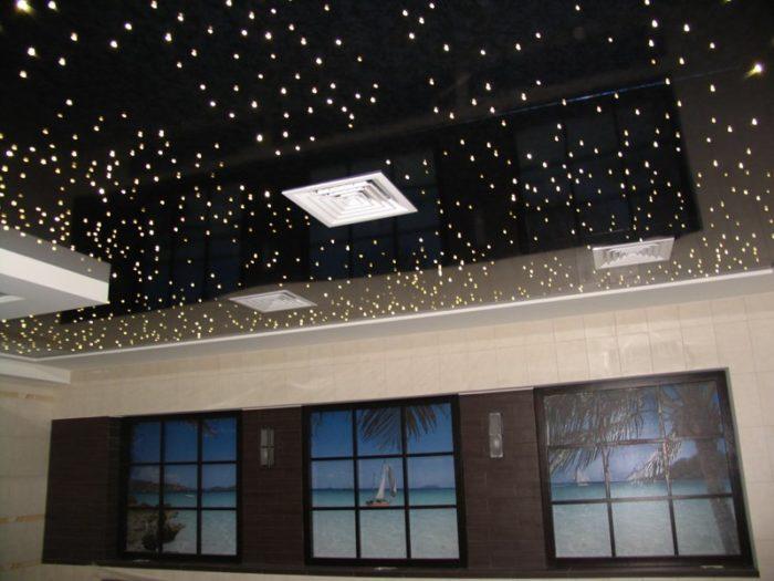 Двухъярусный натяжной потолок с изображением звездного неба