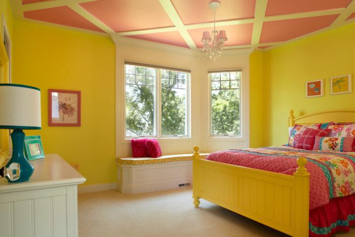 Если для потолка использовать кессоны, то детская будет выглядеть необычно и весьма привлекательно