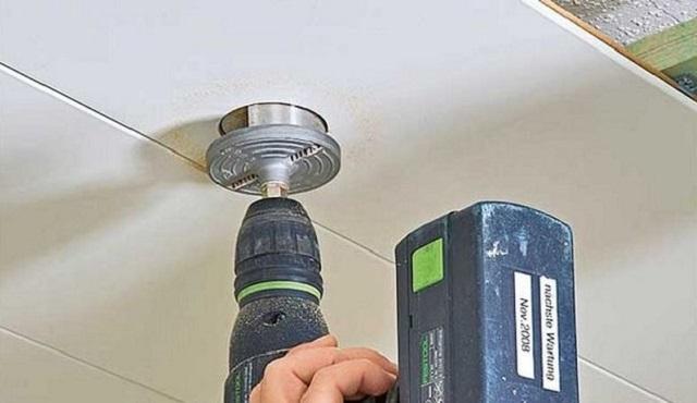 Если выбраны точечные светильники, то круглые отверстия под них вырезаются при помощи дрели со специальной круглой насадкой