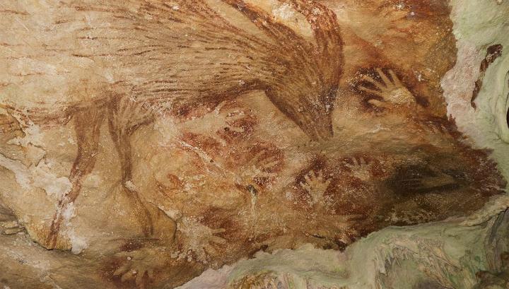 Есть несколько наиболее известных пещер,где можно увидеть на стенах и потолках зарисовки живых существ и схематичные изображения человеческих фигур