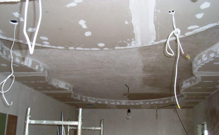 Фигурный гипсокартонный потолок перед финишной отделкой