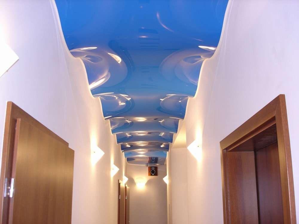Фигурный натяжной потолок в прихожей