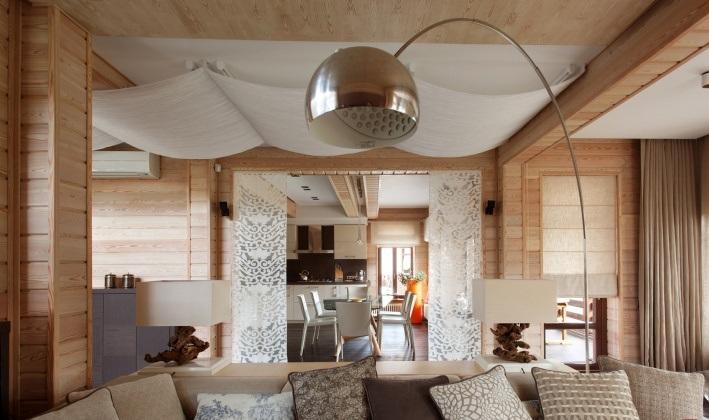 Фото интерьера гостиной в деревянном доме с эко-тематикой