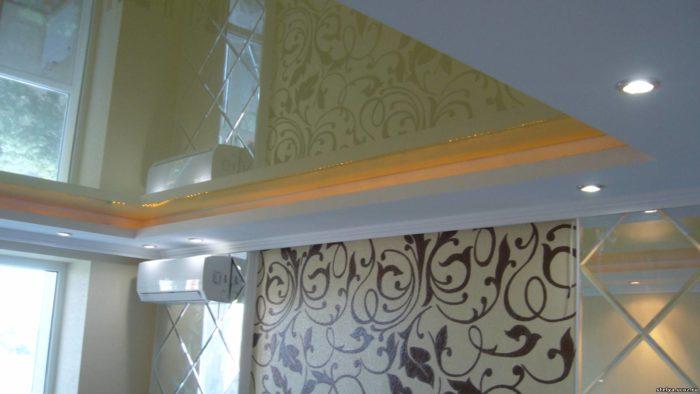 Глянцевый натяжной потолок встроенные в гипсокартонный короб со светодиодной подсветкой
