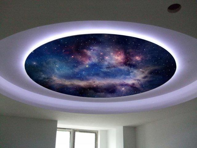 Готовые панели. Подобные панели продаются в форме больших круглых дисков с красивой фотопечатью, изображающей космос. Традиционный диаметр панелей – 1,2-1,5 м. Монтируется подобный потолок как обыкновенная люстра. Недостаток – сравнительно высокая цена.