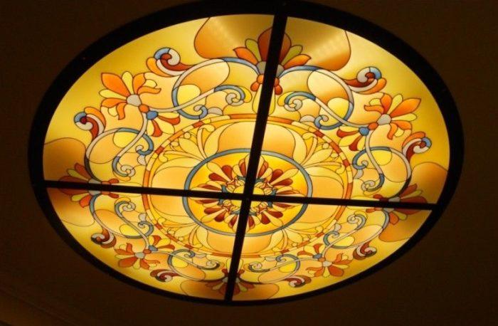 Готовый витраж с подсветкой украшает ваш интерьер