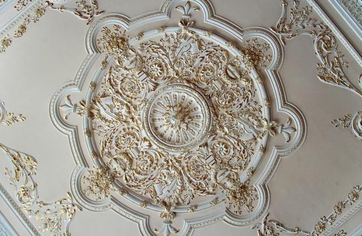 Грамотно подобная лепнина не только украшает потолки, но и делает их выше