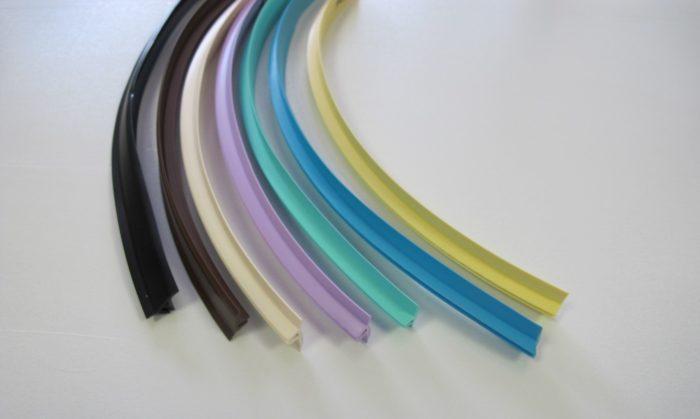 Цвет маскировочной ленты имеет огромное значение для интерьерного решения. Например, вставка в тон натяжному потолку зрительно увеличивает видимую часть потолка. Лента в тон стенам зрительно делает их выше. Контрастный цвет заглушки создаст четкую границу между стенами и потолком, но при этом стены должны быть идеально ровными.