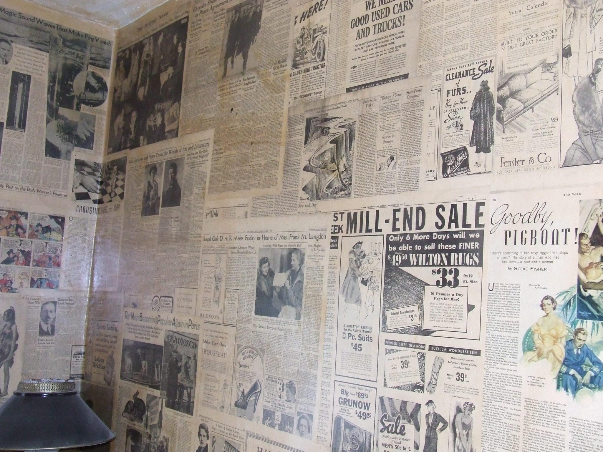 Использование старых газет для удаления лакокрасочных покрытий (в данном случае - со стен помещения)