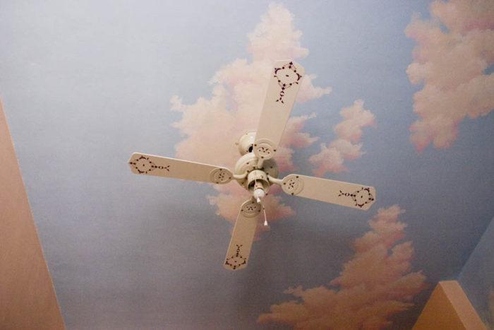Художественная имитация облаков на потолке