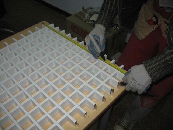 Как выполнить монтаж потолка грильято