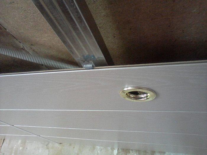 Кляммер вставляется в паз панели, затем забивается в нее молотком, саморез лучше врезать в край кляммера, а не в его отверстия (они для гвоздей, широкая шляпка самореза с ПШ широковата)