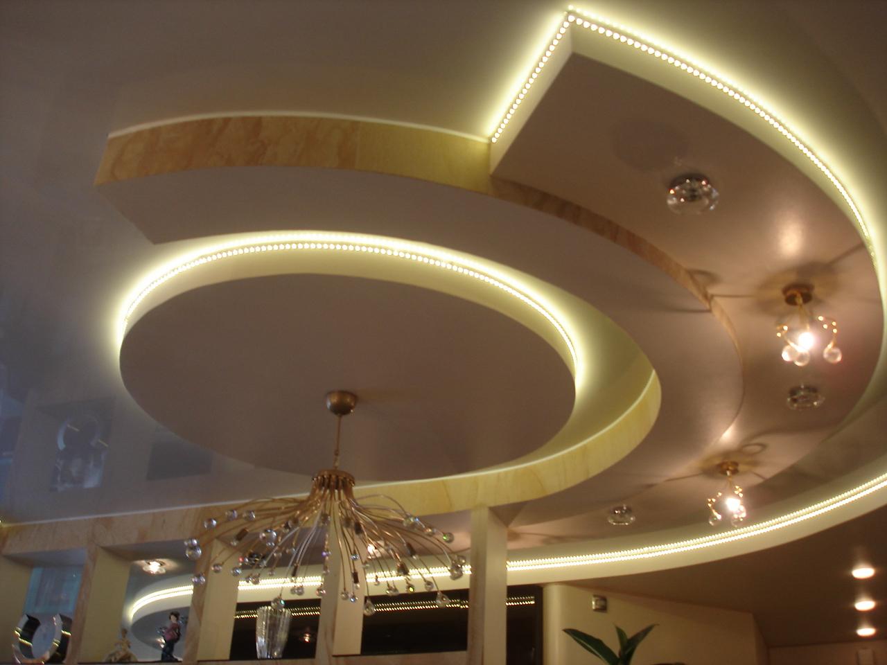 Красивый гипсокартонный потолок со светодиодной подсветкой