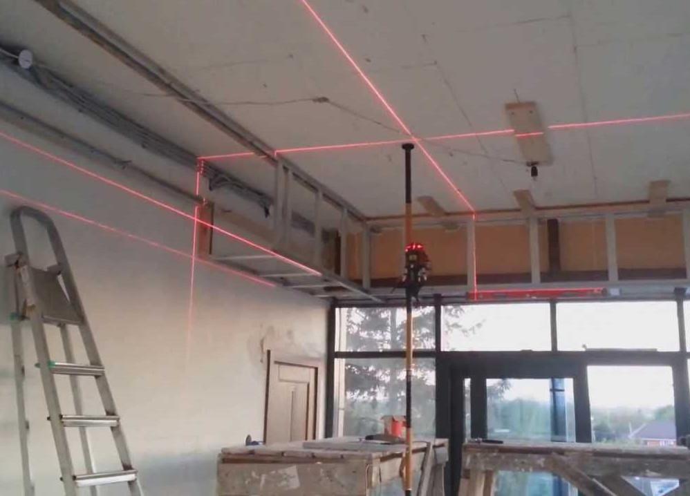Лазерный уровень сильно облегчает процесс разметки и монтажа двухуровневого гипсокартонного потолка