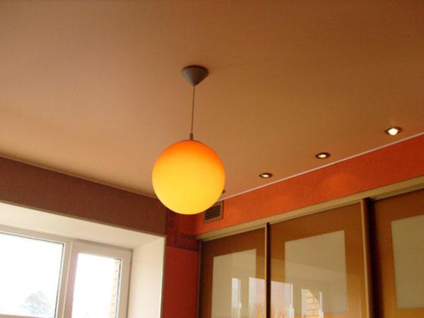 Матовые натяжные потолки отличаются от глянцевых тем, что они не отражают блики или свет и их поверхность имеет особую шероховатость