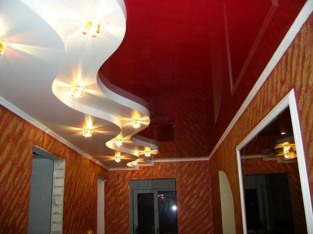 Многоуровневый натяжной потолок в прихожей