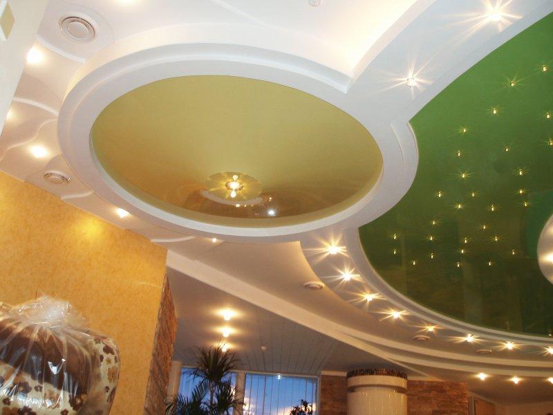 Многоуровневый натяжной потолок.
