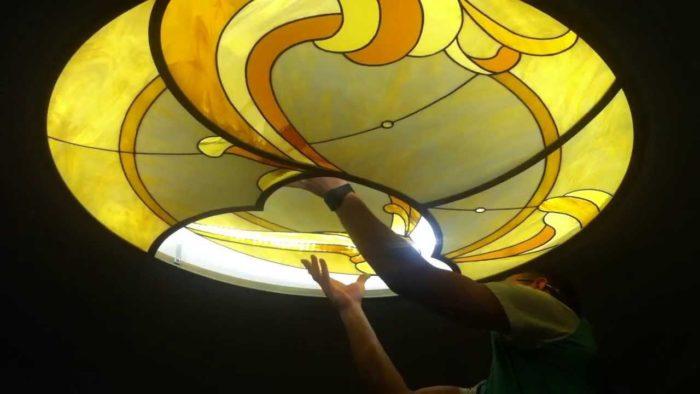 Монтаж потолочного витража, выполненного по технике Тиффани