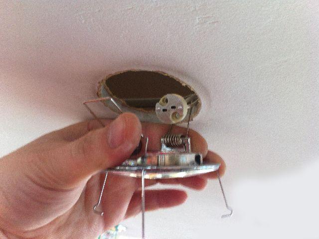 На фото хорошо видно усики, с помощью которых точечный светильник крепится к потолку
