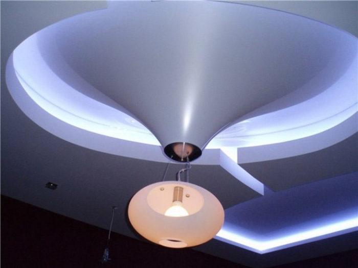 На фото натяжные потолки 3Д: выгнутый конус