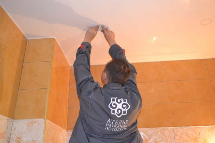 Наклейка пластиковых термоколец на натяжной потолок