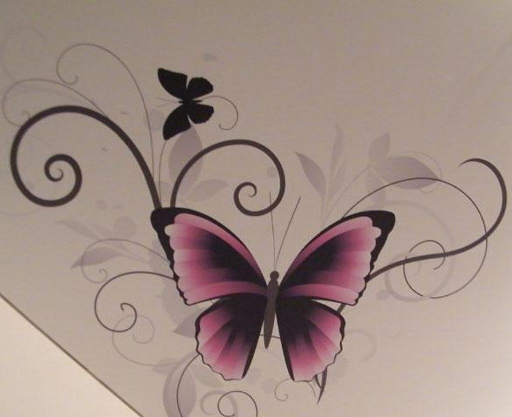 Нанесенная через трафарет бабочка на потолке