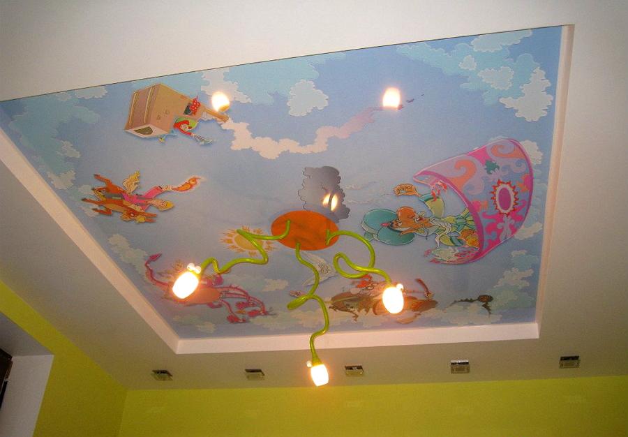 Натяжной потолок и оригинальная лампа в детской