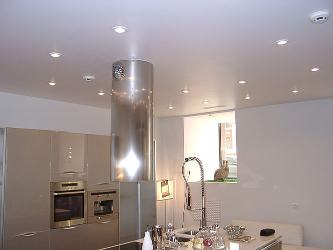 Натяжной потолок с встроенными светильниками