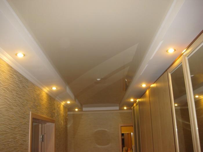 Натяжной потолок в коридоре и прихожей