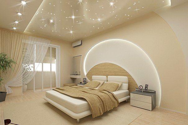 Натяжной потолок в спальне глянцевый