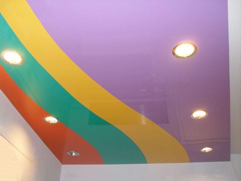 Натяжные многоцветные потолки
