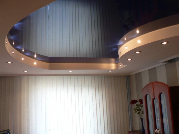 Натяжные потолки для зала в интерьере