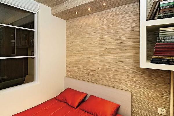 Не стоит также путать эти обои с пластиковыми панелями, имитирующими древесную фактуру, ведь полотно получают путем нанесения древесного шпона на бумажную основу