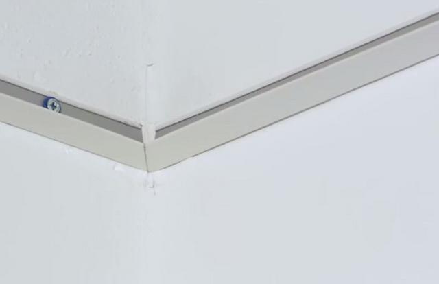 Ножницами по металлу стыки профилей обрезаются под углом 45 градусов