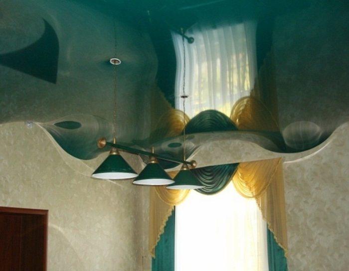Объемный потолок из глянцевого натяжного полотна