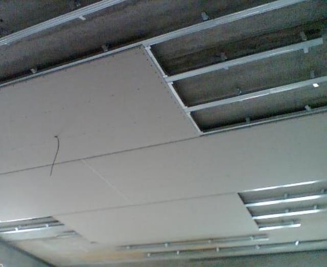 Обшивание каркаса потолка листами гипсокартона