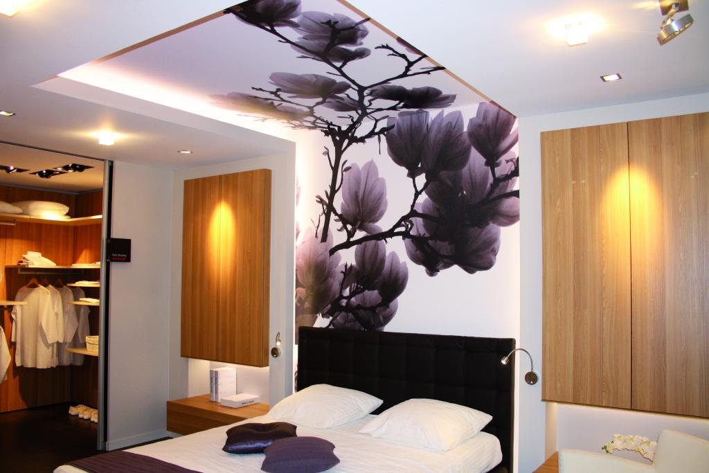 Очень стильное и красивое оформление стены и потолка единым цветочным рисунком