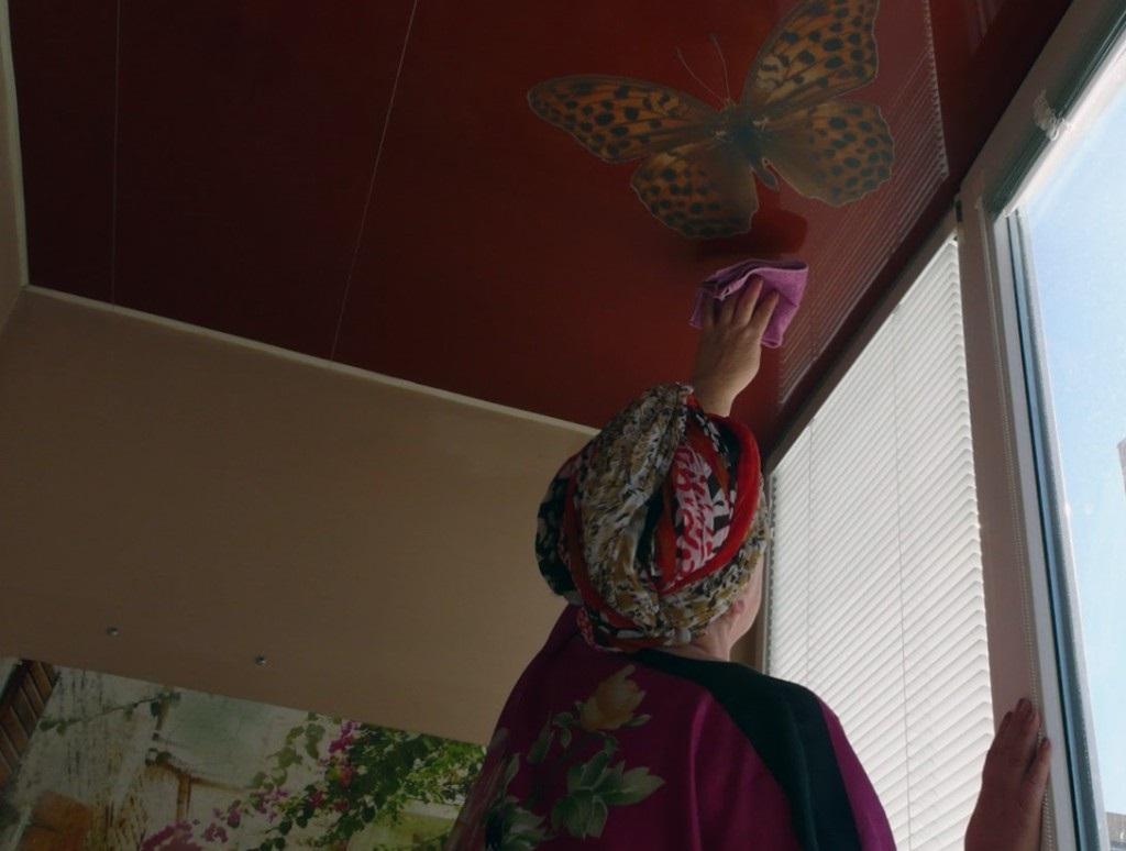 Очистка глянцевого натяжного потолка
