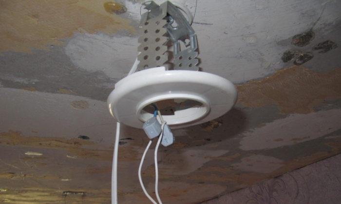 Основа для точечного светильника, установленная с помощью подвеса