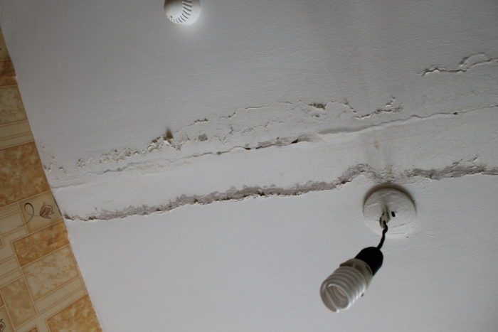 Отслоение краски на потолке