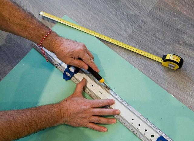 По намеченной линии нужно провести ножом несколько раз, а потом перевернуть лист на другую сторону и постучать кулаком по линии надреза