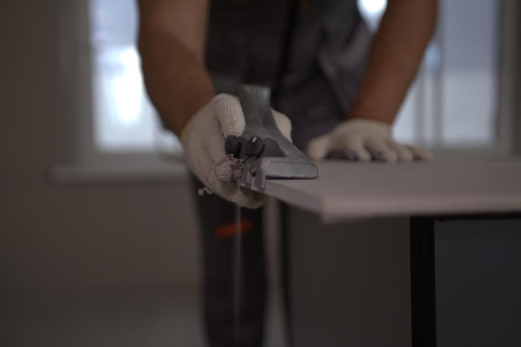 По технологии КНАУФ фаска среза должна быть под углом 22,5 градуса, чтобы угол стыка листов в сумме получился 45 градусов