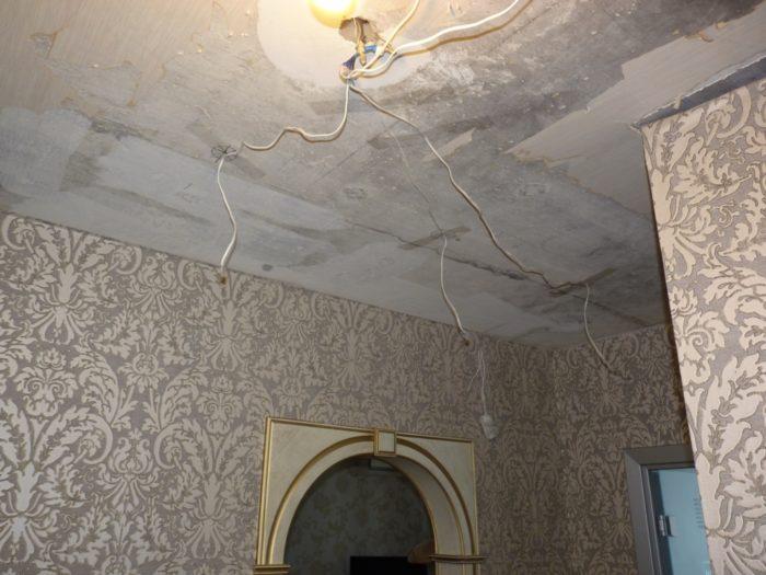 Подготовка потолка к ремонту начинается с тщательной очистки поверхности от старой краски, обоев, старой шпаклевки до твердого основания