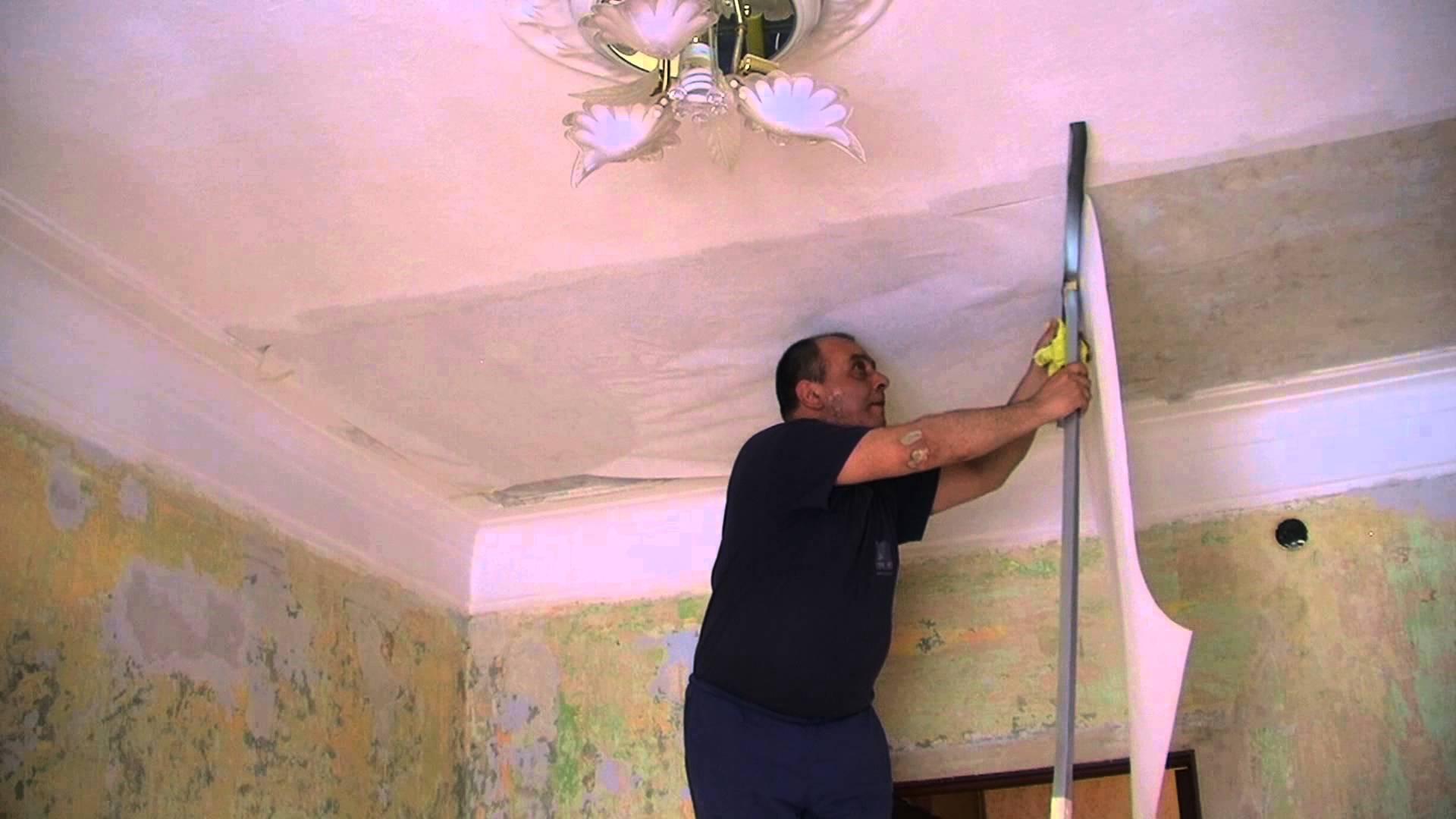 Поклейка флизелиновых обоев на потолок